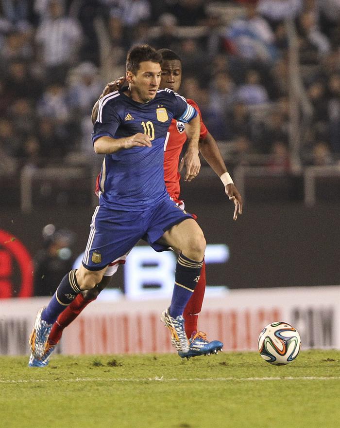 El jugador Lionel Messi (i) de Argentina disputa el balón con el jugador Yohance Marshall de la selección de Trinidad y Tobago. EFE