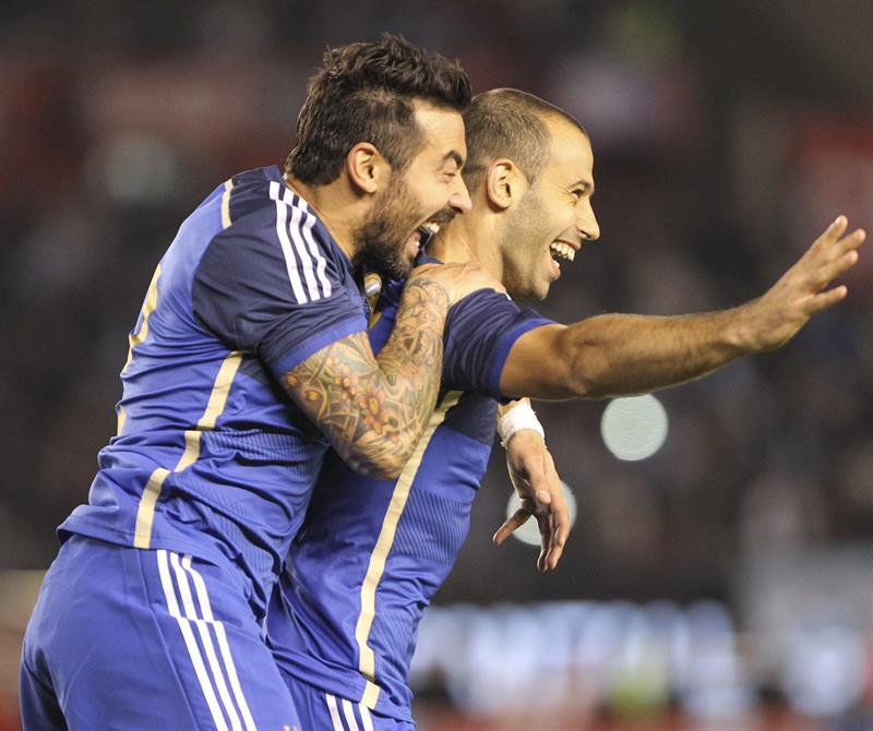 El jugador Ezequiel Lavezzi (i) y Javier Mascherano (d) festejan el segundo gol de Argentina ante la selección de Trinidad y Tobago. EFE