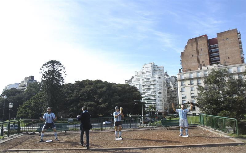 Las esculturas de Diego Maradona (c), Lionel Messi (d) y Gabriel Batistuta (i) son exhibidas. Foto: EFE