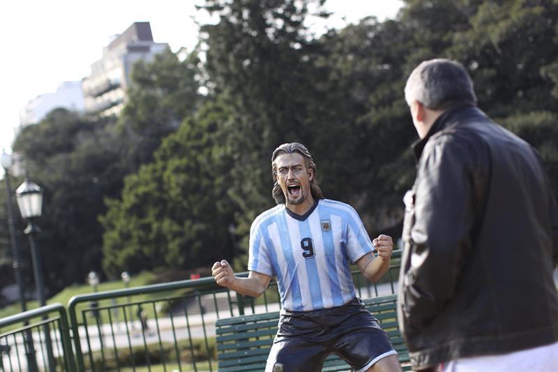 Una escultura del exjugador de la selección argentina Gabriel Batistuta. Foto: EFE