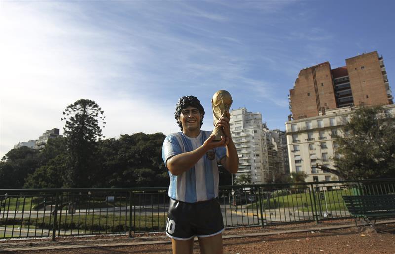 Una escultura del exjugador de la selección argentina Diego Maradona. Foto: EFE