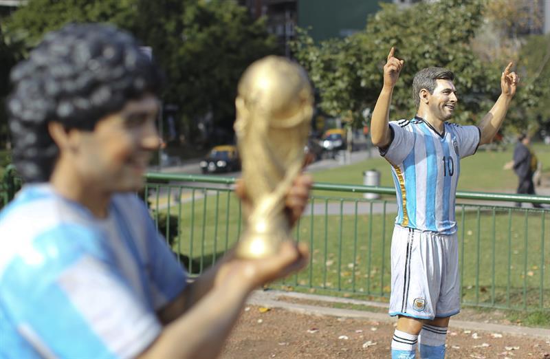 Las esculturas de Diego Maradona (i) y Lionel Messi (d) son exhibidas. Foto: EFE