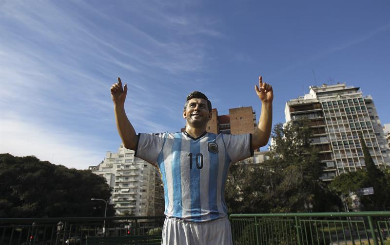 Una escultura del jugador de la selección argentina Lionel Messi. Foto: EFE
