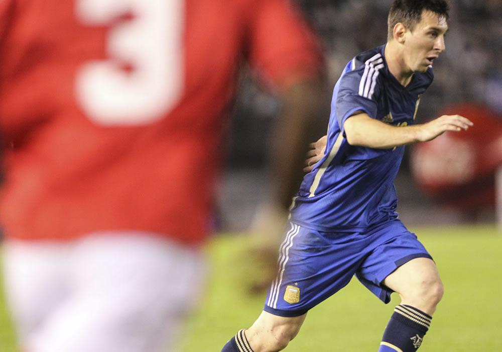 El jugador Lionel Messi (d) de Argentina juega ante la selección de Trinidad y Tobago. Foto: EFE