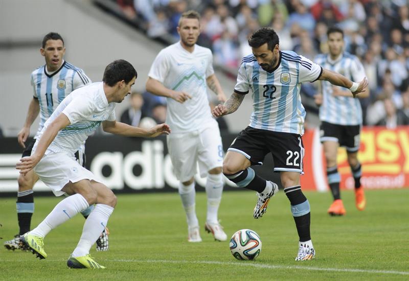 El jugador Agustin Lasverzzi (d) de Argentina. Foto: EFE