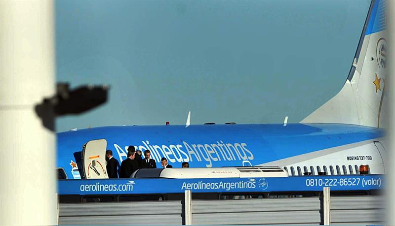 Los jugadores de la selección argentina se preparan para abordar el avión en el aeropuerto internacional Ezeiza de Buenos Aires, que los trasladará a Brasil. EFE
