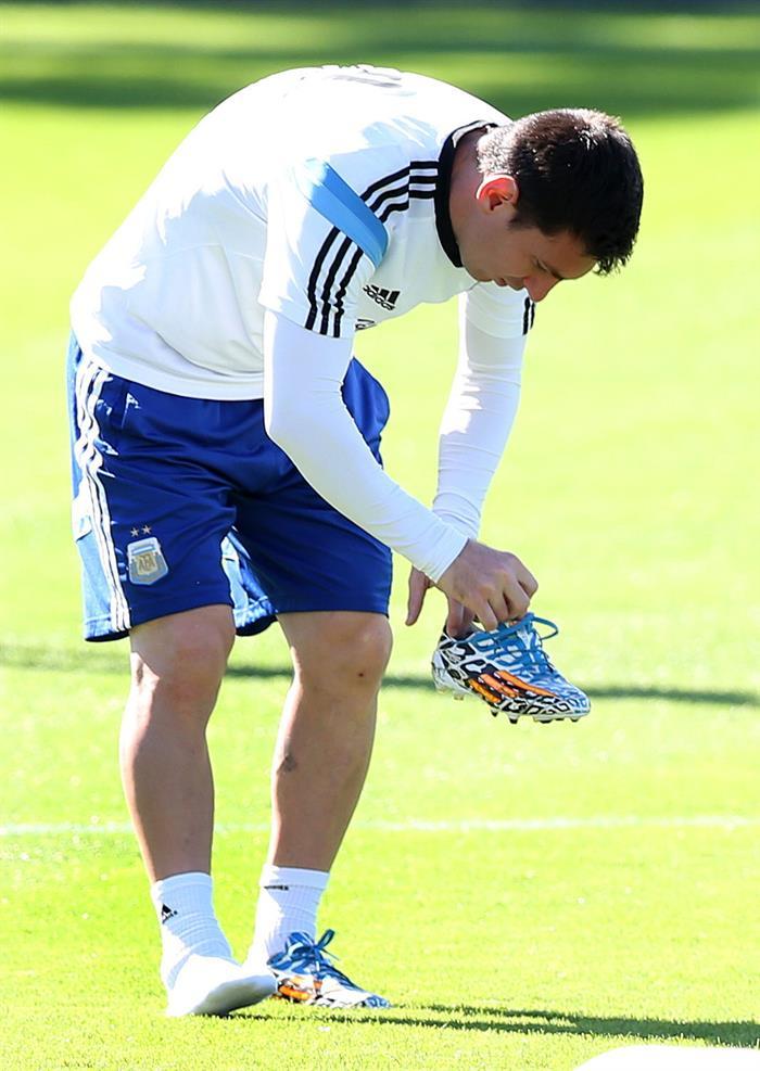 Leo Messi de la selección argentina de fútbol participa en un entrenamiento de equipo en Cidade do Galo (Brasil). EFE