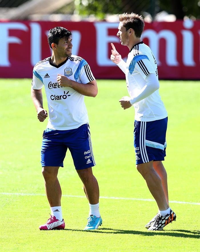 Sergio Agüero (i) y Lucas Biglia (d) de la selección argentina de fútbol participan en un entrenamiento de equipo. EFE