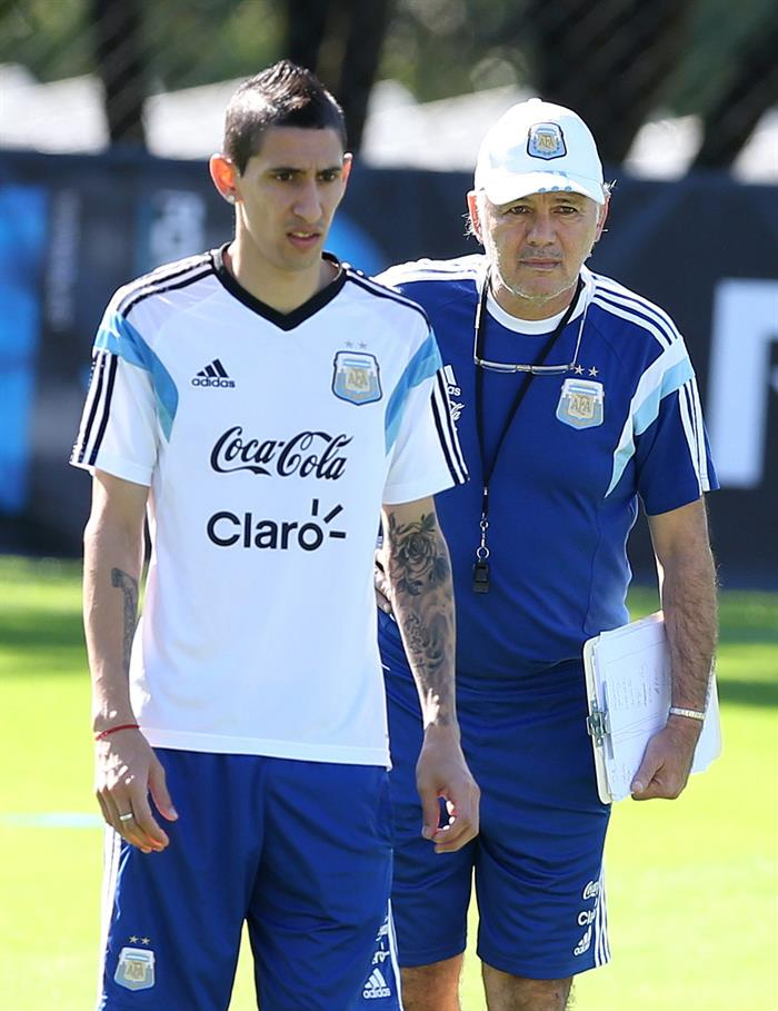 El entrenador de la selección argentina de fútbol, Alejandro Sabella (d), y Ángel Di María (i) participan en un entrenamiento. EFE