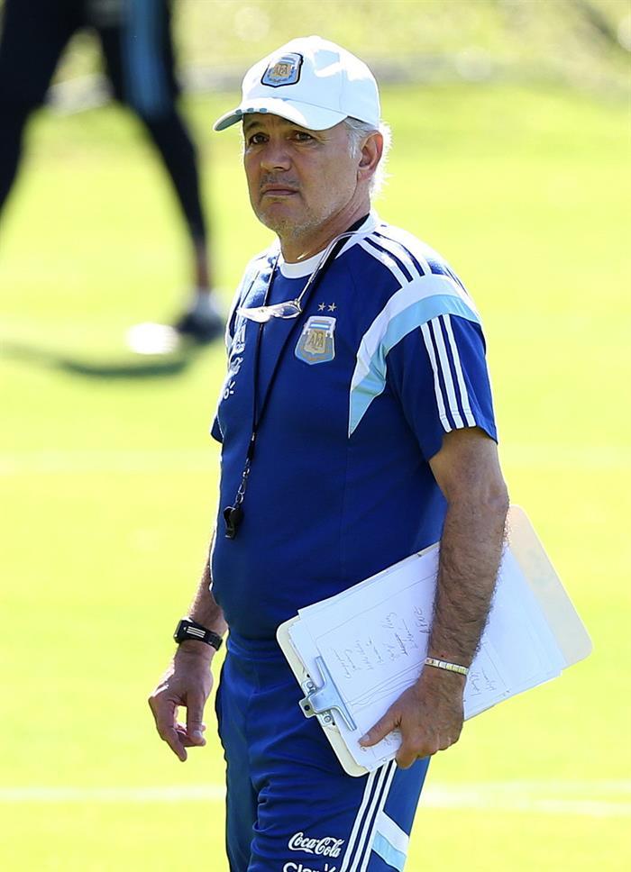 El entrenador de la selección argentina de fútbol, Alejandro Sabella, participa en un entrenamiento de equipo. EFE