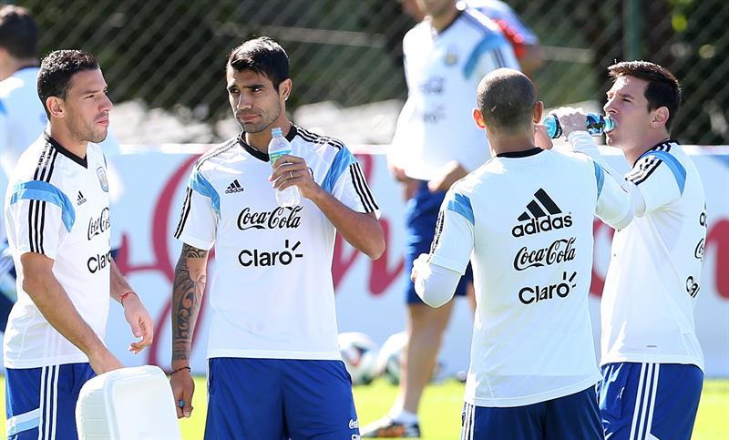 Maxi Rodríguez, Augusto Fernández, Pablo Zabaleta y Lionel Messi de la selección argentina de fútbol participan en un entrenamiento de equipo. EFE