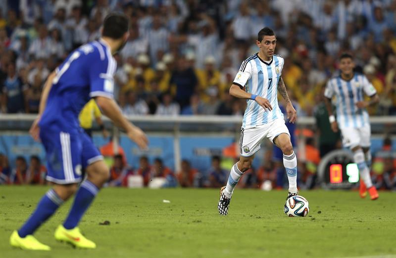 El centrocampista argentino Ángel di María con el balón, durante el partido Argentina-Bosnia, del Grupo F. Foto: EFE