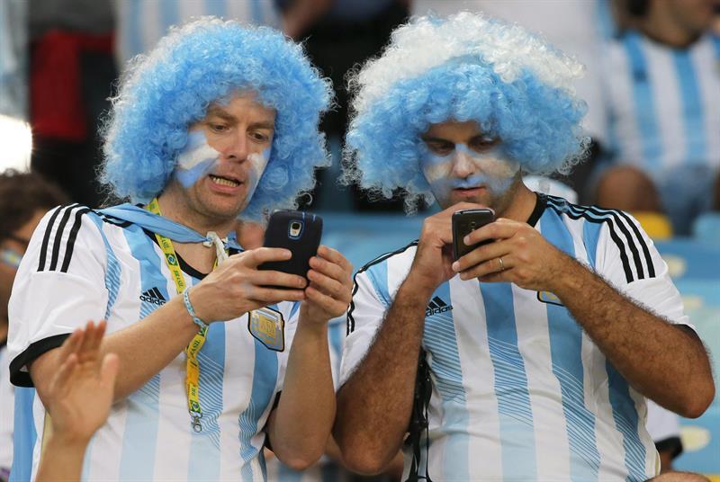Aficionados argentinos en el estadio Maracaná. Foto: EFE