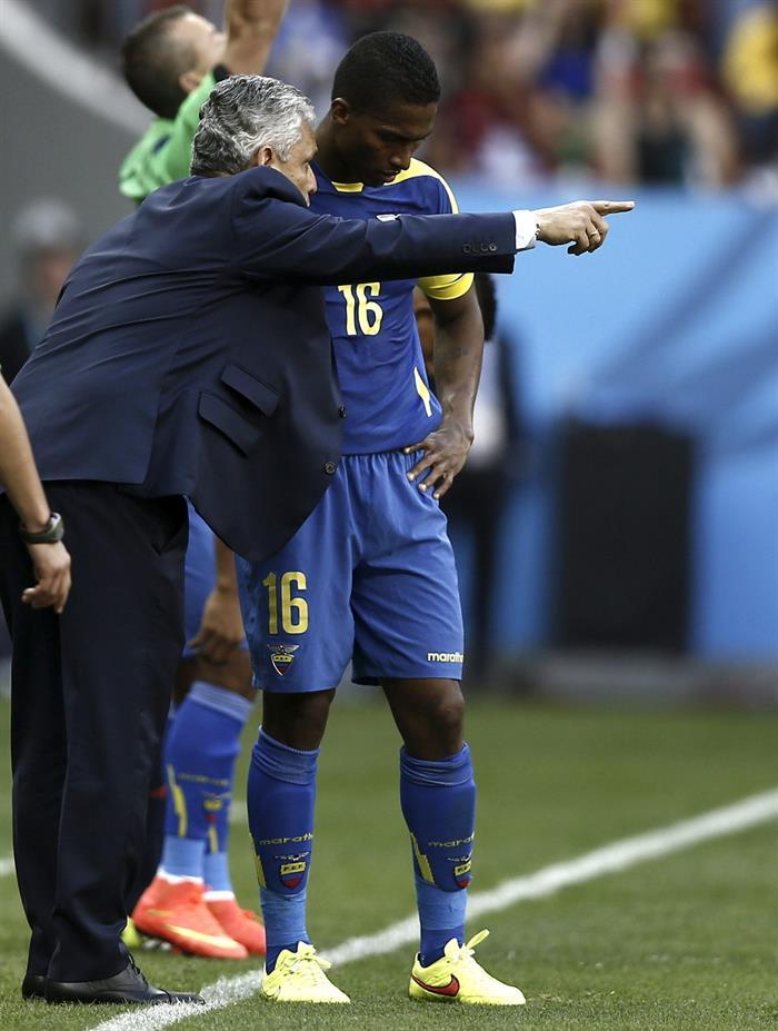 El entrenador de la selección ecuatoriana, Reinaldo Rueda (i), da instrucciones al centrocampista ecuatoriano Antonio Valencia, durante el partido Suiza. Foto: EFE