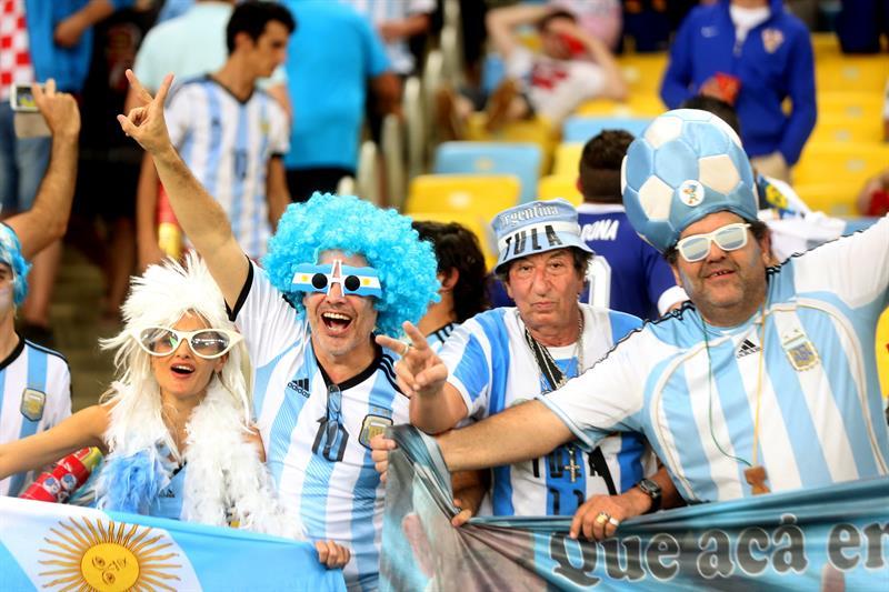 Seguidores argentinos celebran la victoria de su selección ante Bosnia, durante el partido Argentina-Bosnia. Foto: EFE