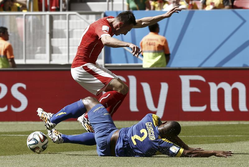 El defensa ecuatoriano Jorge Guagua (d) lucha un balón con el delantero suizo Josip Drmic (i), durante el partido Suiza. Foto: EFE