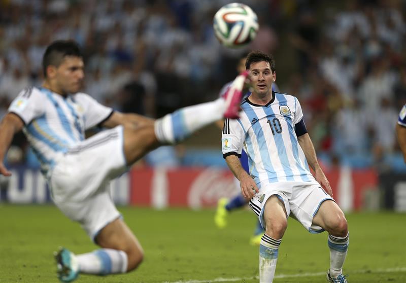 El delantero argentino Lionel Messi (d) durante el partido Argentina-Bosnia, del Grupo F del Mundial de Fútbol. Foto: EFE