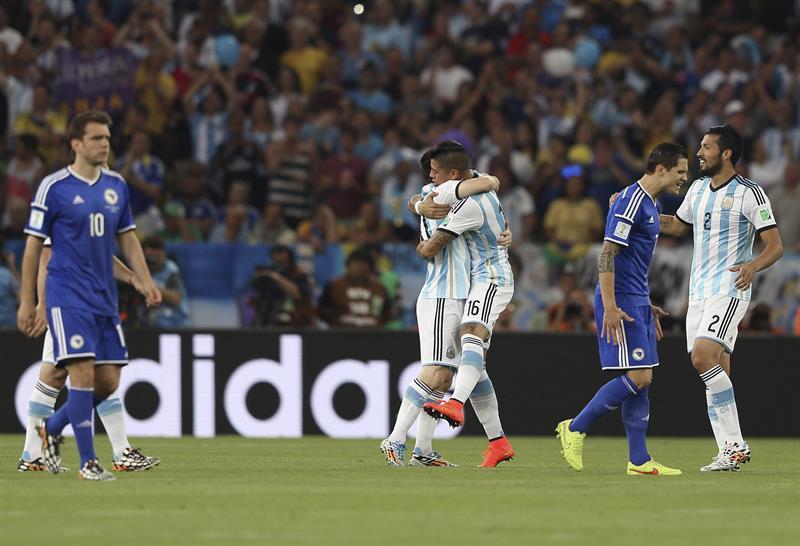 Los jugadores de Argentina celebran el gol marcado en propia puerta por el defensa bosnio Sead Kolasinac. Foto: EFE