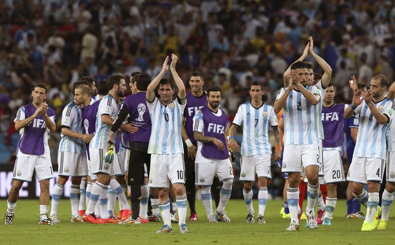 Los jugadores de Argentina celebran su victoria por 2-1 ante Bosnia. Foto: EFE