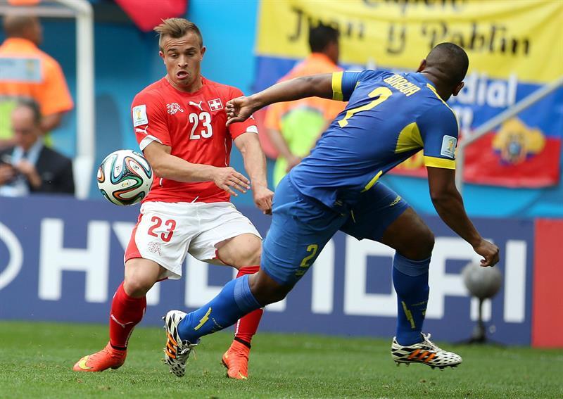 El defensa ecuatoriano Jorge Guagua (d) lucha un balón con el centrocampista suizo Xherdan Shaqiri,. Foto: EFE