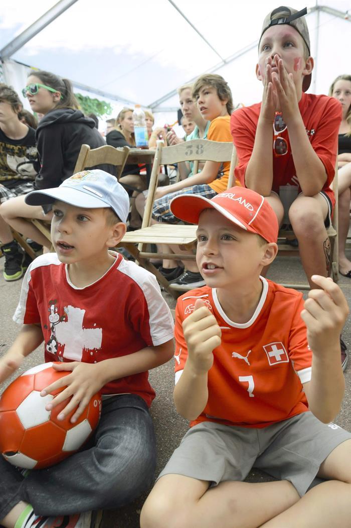 Aficionados de Suiza ven el partido. Foto: EFE
