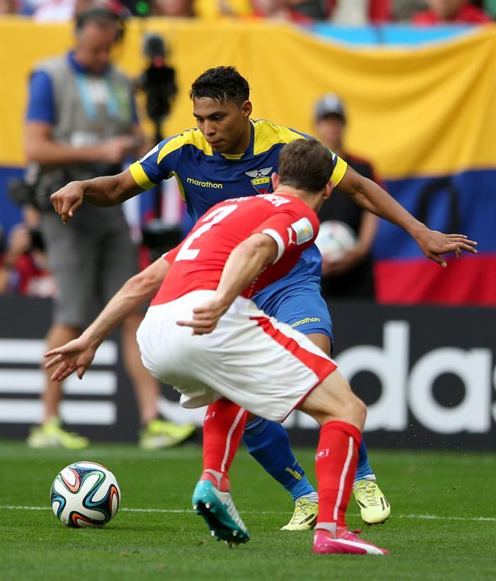 El centrocampista ecuatoriano Jefferson Montero (atrás) intenta superar al defensa suizo Stephan Lichtsteiner. Foto: EFE