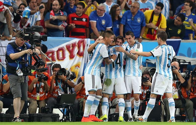 El delantero argentino Lionel Messi (c) celebra con sus compañeros el gol que ha marcado ante bosnia. Foto: EFE
