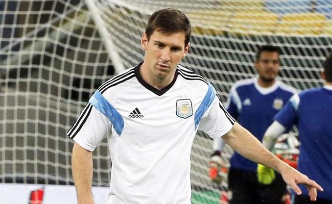 El jugador argentino Lionel Messi patea un balón. Foto: EFE