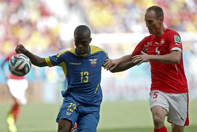 El delantero ecuatoriano Enner Valencia (i) lucha un balón con el defensa suizo Steve von Bergen (d). Foto: EFE