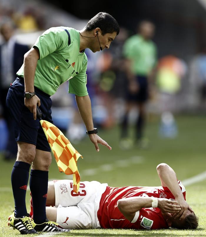 El centrocampista suizo Xherdan Shaqiri (d) se lamenta de un golpe en la cara, durante el partido Suiza-Ecuador. Foto: EFE