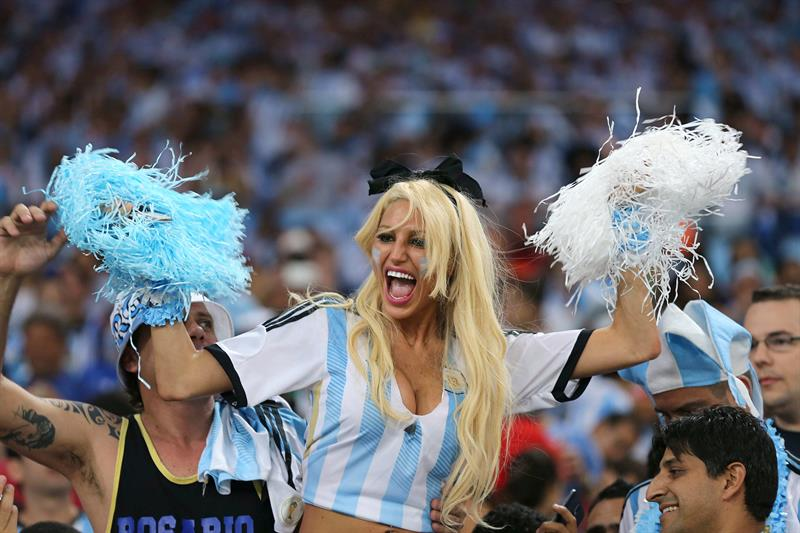 Aficionados argentinos momentos antes del inicio del partido Argentina-Bosnia, del Grupo F del Mundial. Foto: EFE