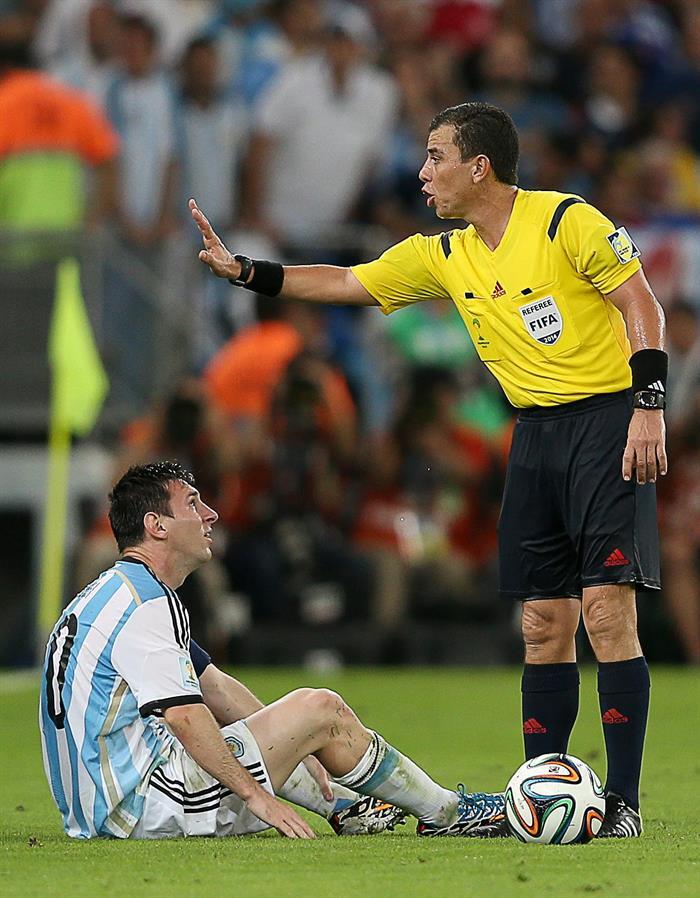El árbitro salvadoreño Joel Aguilar Chicas (d) ante el delantero argentino Lionel Messi,. Foto: EFE
