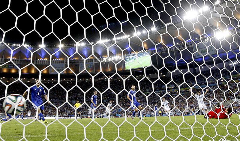 El guardameta bosnio Asmir Begovic (d) no consigue detener el disparo del delantero argentino Lionel Messi que ha supuesto el segundo gol. Foto: EFE