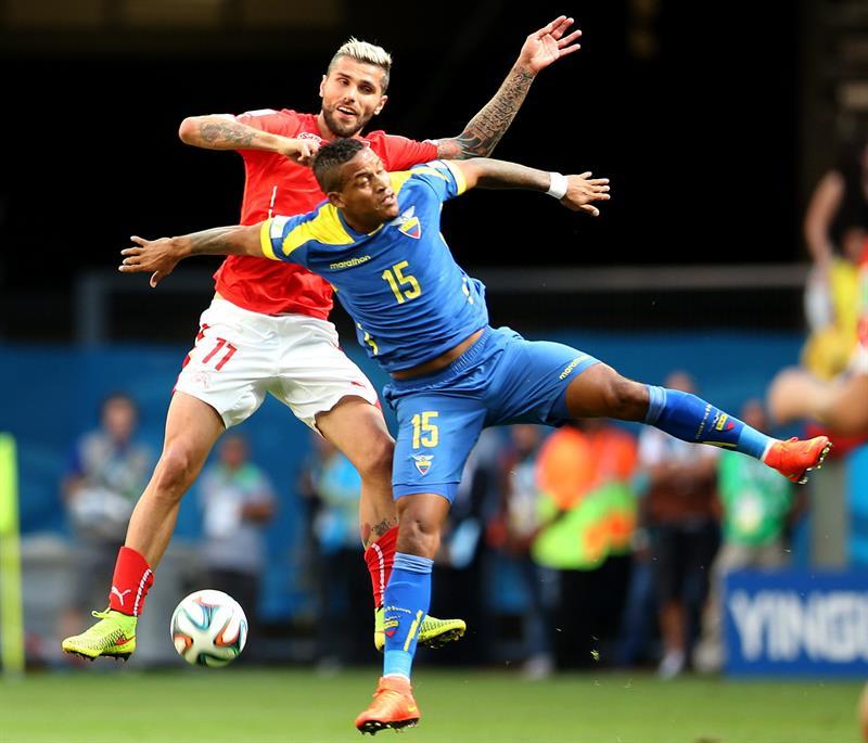 El centrocampista ecuatoriano Michael Arroyo (d) y el delantero suizo Mario Gavranovic durante el partido Suiza. Foto: EFE
