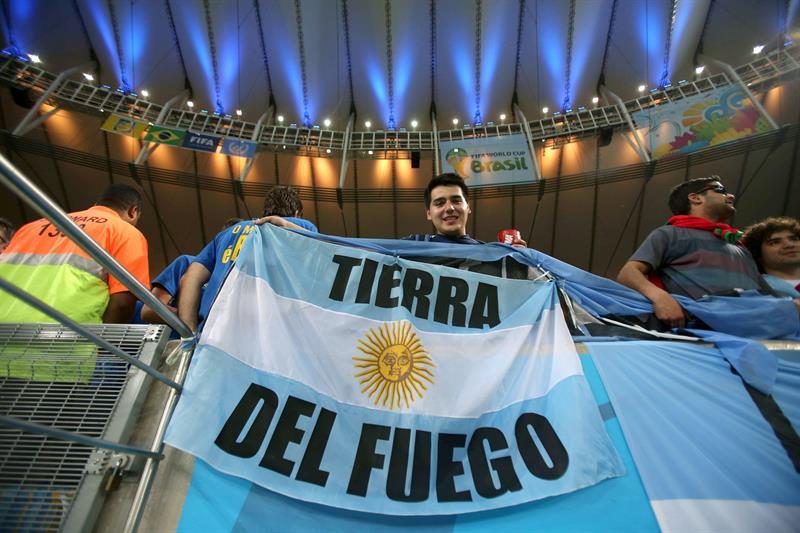 Un aficionado de Argentina sostiene una bandera de su país en el interior del estadio Maracaná de Río de Janeiro. Foto: EFE