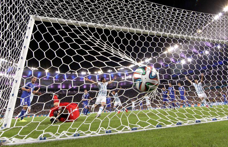 Momento del gol marcado en propia puerta por el defensa bosnio Sead Kolasinac. Foto: EFE