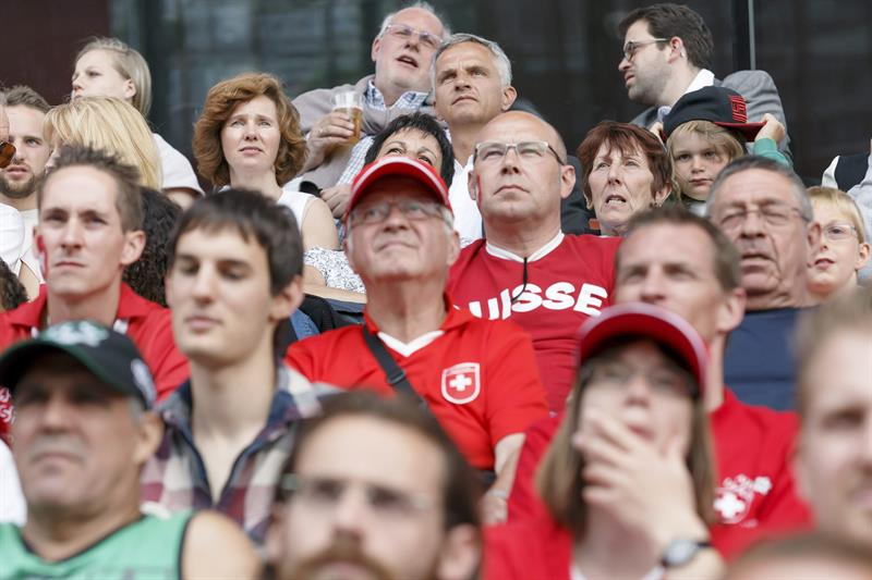 Cientos de aficionados asisten al partido Suiza-Ecuador, del Grupo E del Mundial de Fútbol de Brasil. Foto: EFE