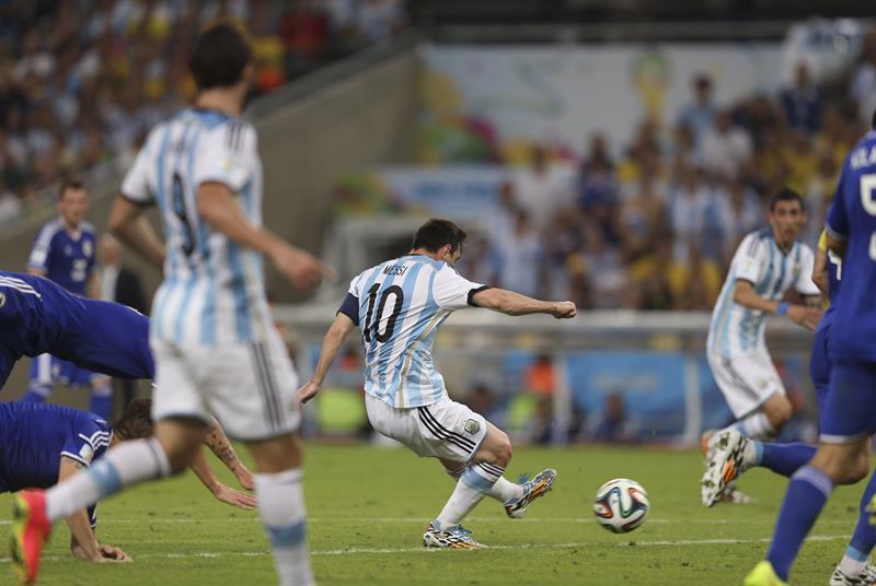 El delantero argentino Lionel Messi (c) lanza para marcar el segundo gol del equipo ante Bosnia. Foto: EFE