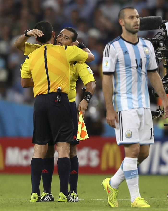 El árbitro del encuentro, el salvadoreño Joel Aguilar (i) saluda a su compatriota, el segundo asistente, William Torres (d), al término del partido.. Foto: EFE