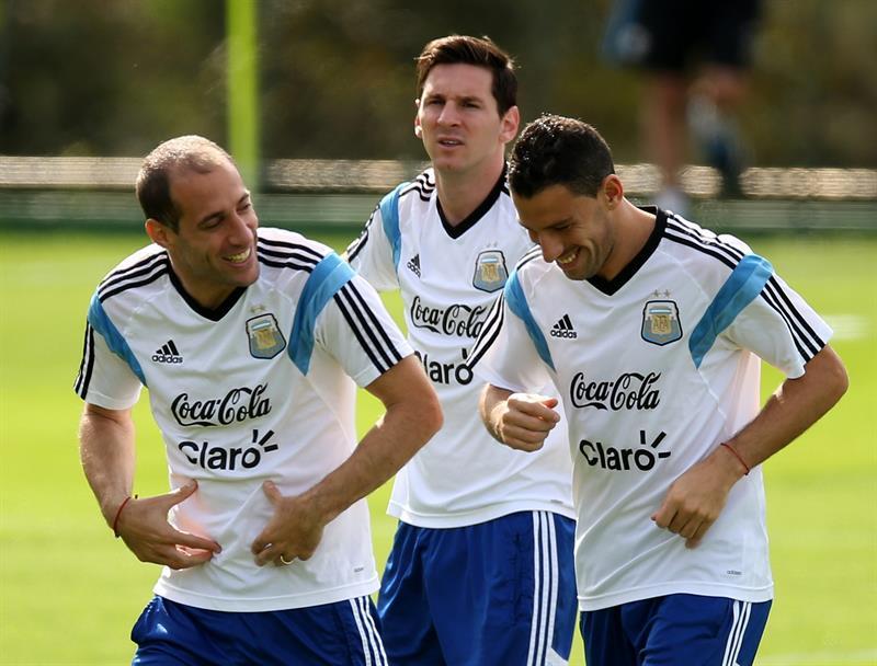 Lionel Messi (c), Pablo Zabaleta (i) y Maxi Rodríguez (d) de la selección argentina. Foto: EFE
