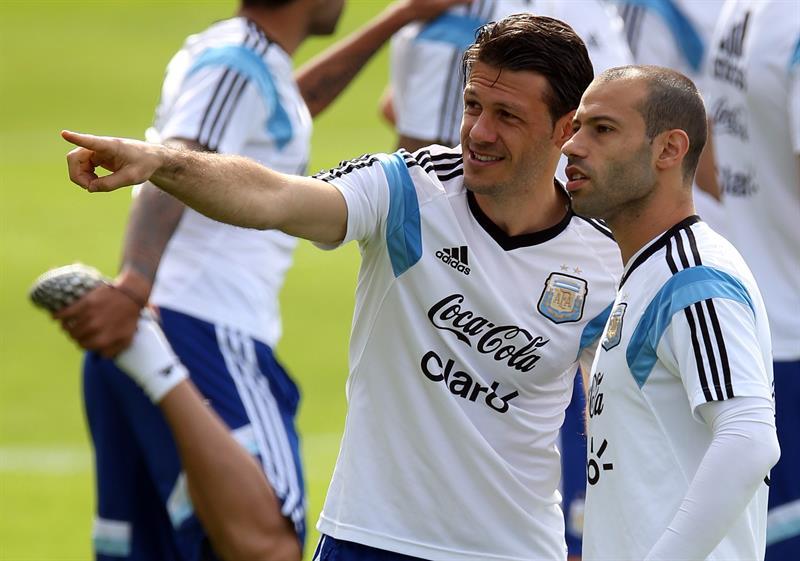 Martín Demichelis (2-d) y Javier Mascherano (d) de la selección argentina de.fútbol. Foto: EFE