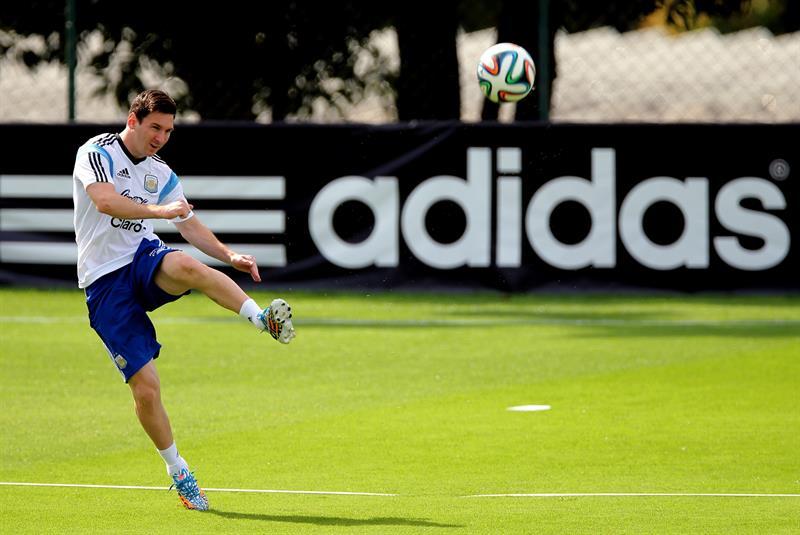 Lionel Messi de la selección argentina de fútbol participa en el entrenamiento. Foto: EFE