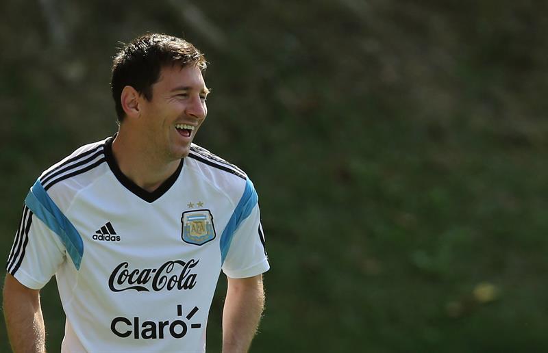 El jugador de la selección argentina Lionel Messi sonríe durante el entrenamientyo. EFE