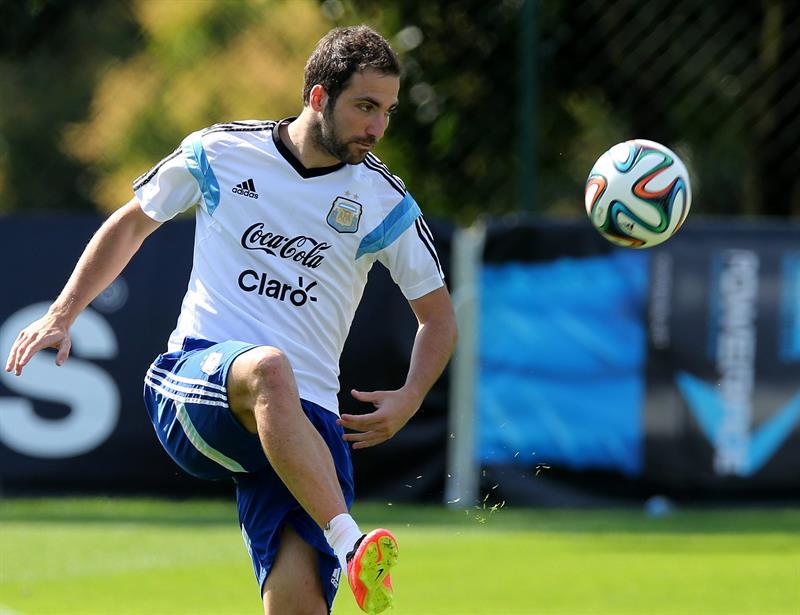 El delantero de la selección argentina, Gonzalo Higuaín entrena. EFE