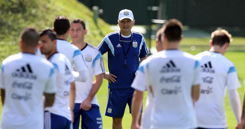 El técnico de la selección argentina, Alejandro Sabella, observa a sus jugadores. EFE
