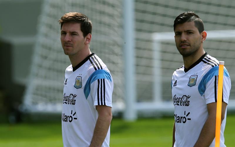 Los jugadores de la selección argentina, Sergio Agüero (d) y Lionel Messi (i). EFE