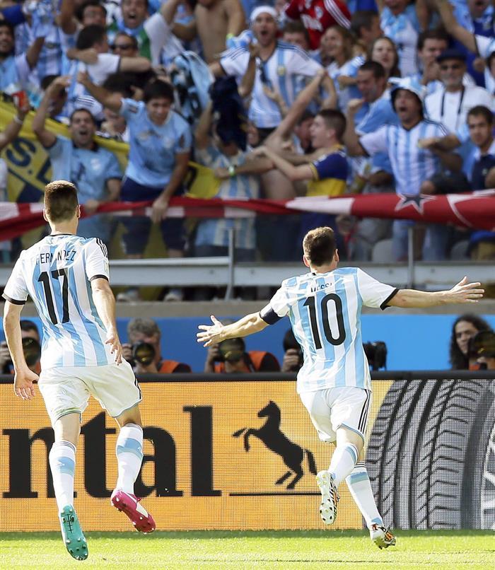 El delantero argentino Lionel Messi (d) celebra el gol que ha marcado ante Irán . EFE