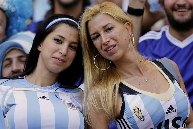 Los aficionadas de la selección argentina durante el partido. EFE