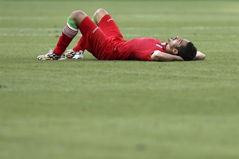 El delantero iraní Reza Ghoochannejad tras el gol marcado por el delantero argentino Lionel Messi . EFE