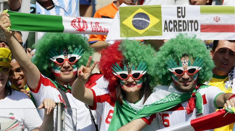 Los aficionados de la selección de Irán durante el partido. EFE